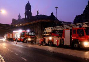 Die Feuerwehr steht am Terrassenufer, um einen Stromverteiler in der Augustusbrücke zu löschen.