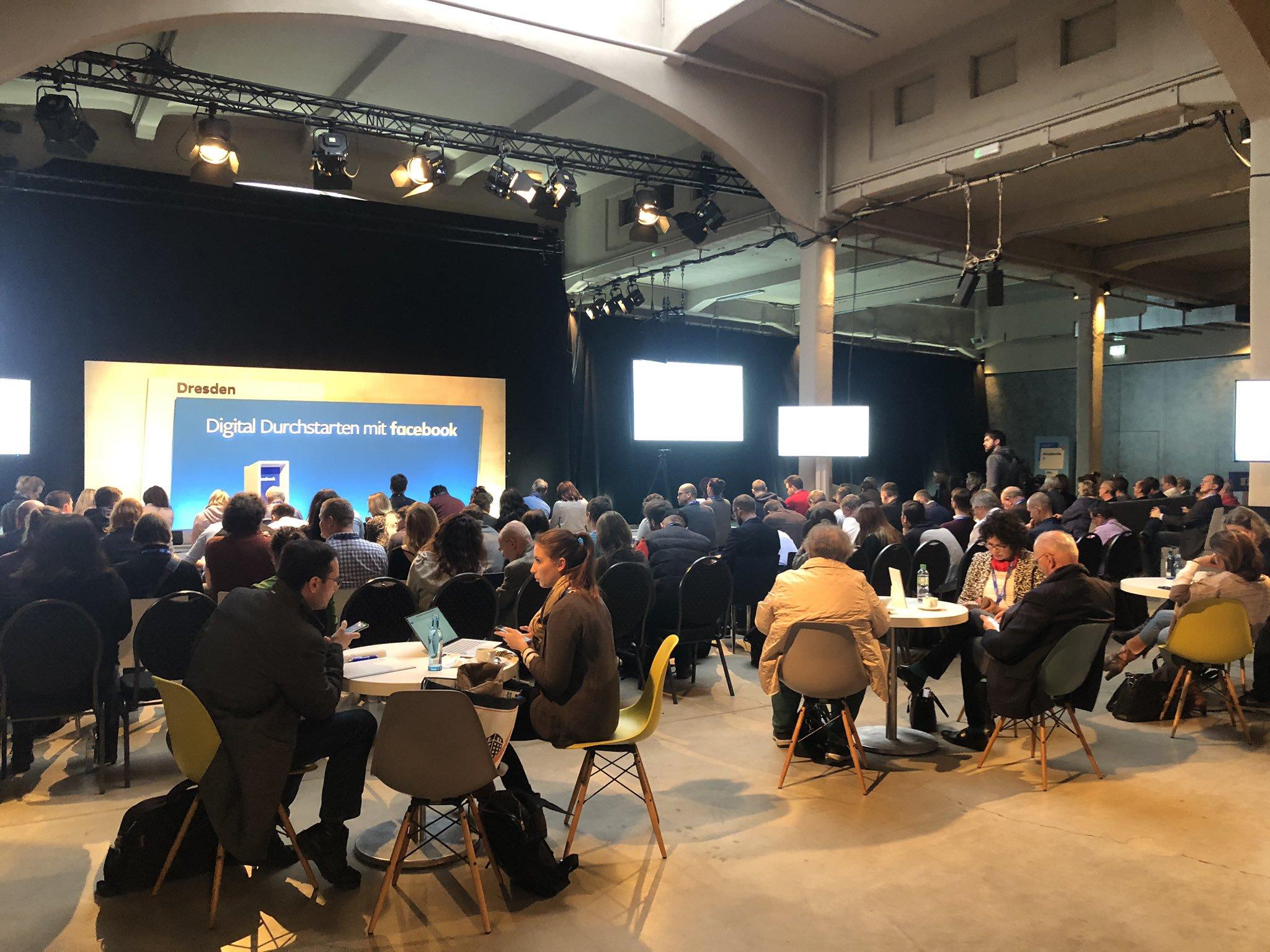 """Mehrere hundert Menschen sitzen vor einer Bühne. Dort präsentiert Facebook bei """"Digital Durchstarten"""" Neuerungen und Tipps für Werbung bei Facebook."""
