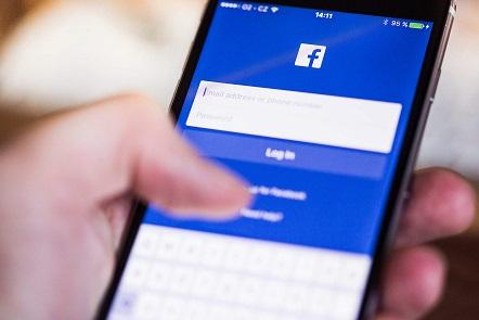 Die Facebook Login-Seite am Handy. 2,5 Milliarden Menschen nutzen das soziale Netzwerk, so die aktuelle Bilanz.
