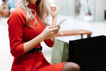 Influencerin mit Smartphone sitzt herum. Symbolbild von picjumbo für neue Regeln zur Werbekennzeichnung bei Instagram.