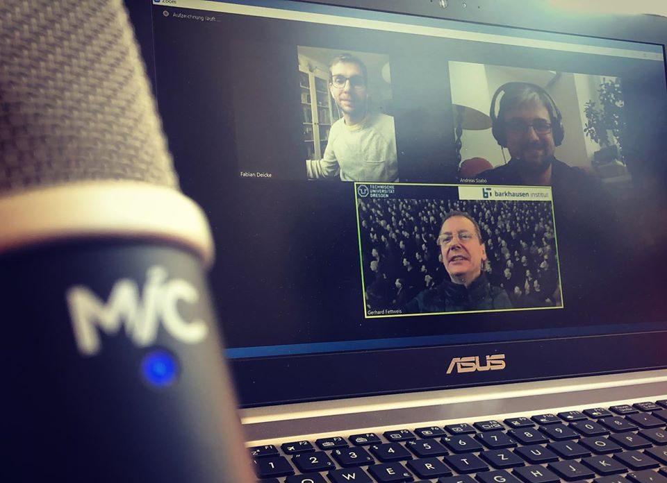 Auf dem Bild ist ein Mikrofon bei Andreas Szabo zu sehen. Er hat im Podcast per Zoom Aufzeichnung Gerhard Fettweis zu Gast.