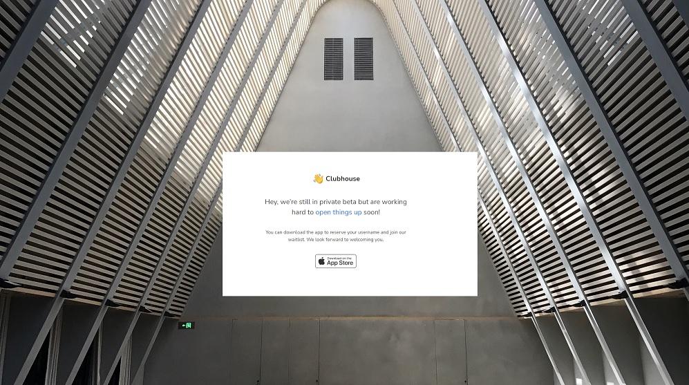 Eine leere Halle mit einem Screenshot der Clubhousewebsite ist hier zu sehen. In diesem Text gibt es Tipps zu dem neuen Kanal