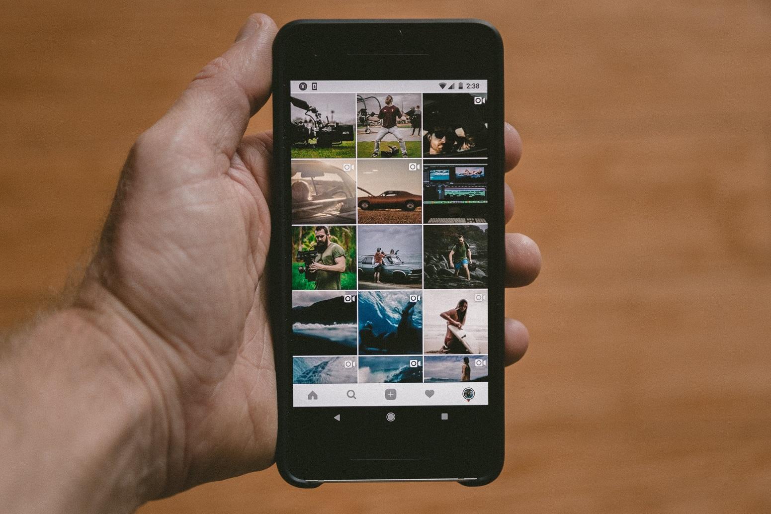 Eine Hand hält ein Handy, geöffnet ist die Instagram-App. In diesem Beitrag wird erklärt, wie der Algorhitmus funktioniert.